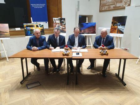 Uroczyste podpisanie i wrêczenie umowy o dofinansowanie projektu.
