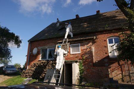 Mniej ¶rodków na usuwanie wyrobów zawieraj±cych azbest