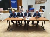 Uroczyste podpisanie i wręczenie umowy o dofinansowanie projektu.